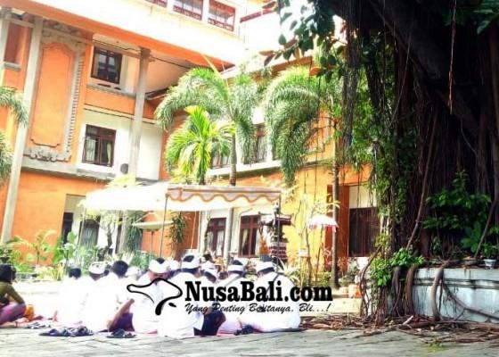 Nusabali.com - pohon-keramat-gedung-dewan-ditebang