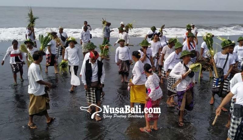www.nusabali.com-desa-pakraman-semaagung-gelar-tradisi-tektekan