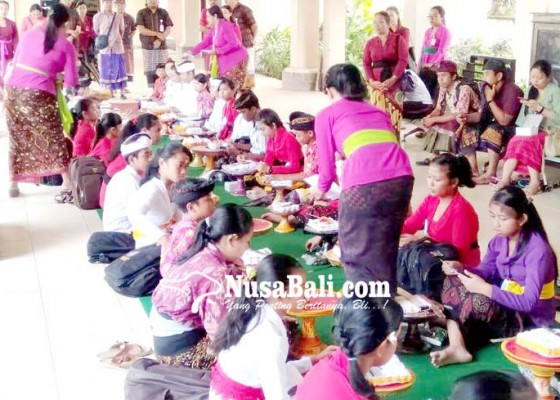Nusabali.com - puluhan-siswa-ikuti-lomba-nyurat-lontar-dan-bali-grafi