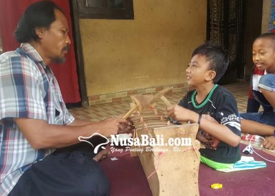 Nusabali.com - tanpa-kaki-dan-tangan-kanan-jago-melukis-hingga-megambel