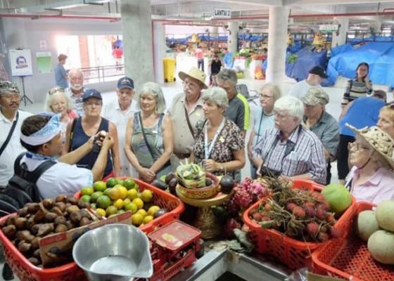Nusabali.com - wisman-ramai-kunjungi-pasar-badung