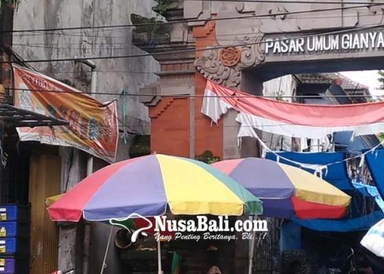 Nusabali.com - bendera-merah-putih-di-pasar-gianyar-seset-pesranting