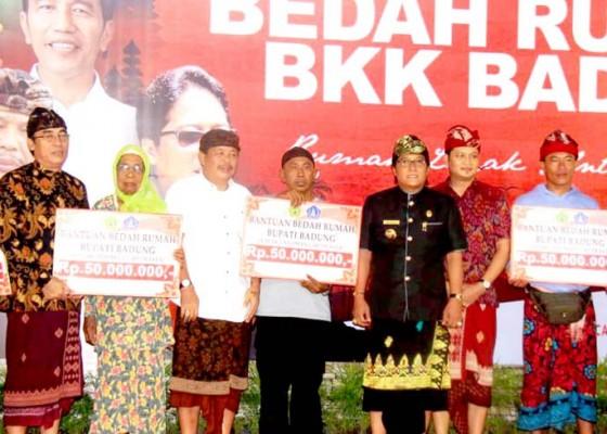 Nusabali.com - jembrana-terima-300-unit-bedah-rumah-dari-bkk-badung