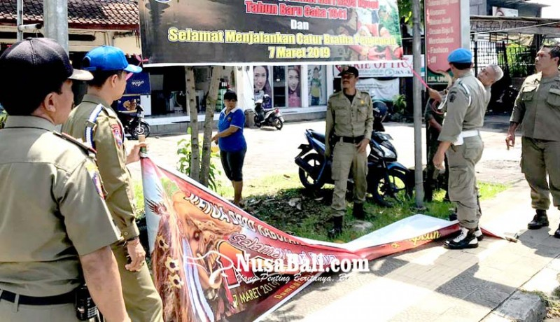 www.nusabali.com-satpol-pp-turunkan-reklame-kadaluwarsa