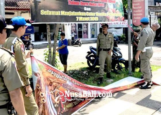 Nusabali.com - satpol-pp-turunkan-reklame-kadaluwarsa