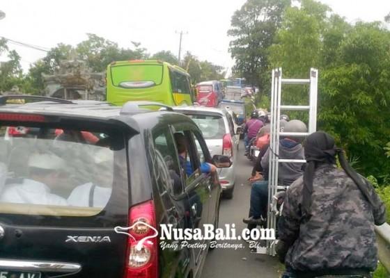 Nusabali.com - bus-pamedek-terjebak-macet