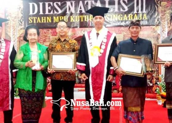 Nusabali.com - tiga-tokoh-berpengaruh-terima-penghargaan