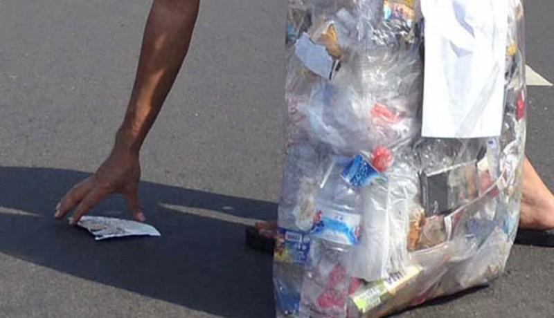 www.nusabali.com-siswa-difabel-pungut-sampah-di-sungai