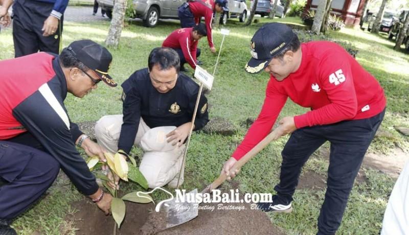 www.nusabali.com-kanwil-kemenkum-ham-bali-tanam-pohon-di-rutan-bangli
