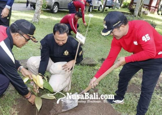 Nusabali.com - kanwil-kemenkum-ham-bali-tanam-pohon-di-rutan-bangli