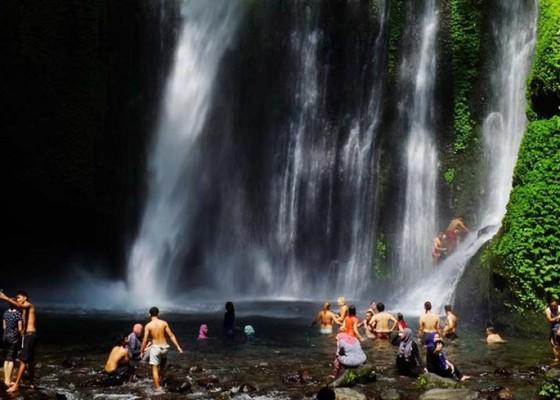 Nusabali.com - bantu-jalan-keluar-dari-lokasi-air-terjun