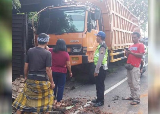 Nusabali.com - rem-blong-truk-seruduk-garase