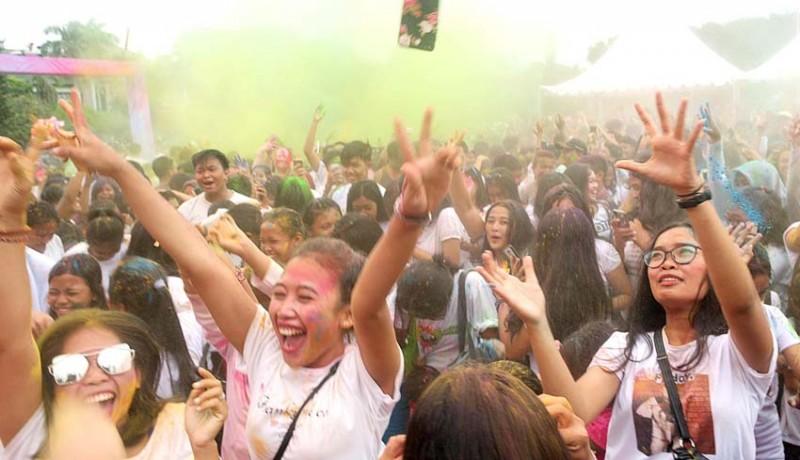 www.nusabali.com-meriahnya-suka-cita-festival-holi-di-lapangan-puputan