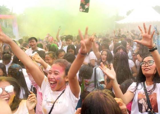 Nusabali.com - meriahnya-suka-cita-festival-holi-di-lapangan-puputan