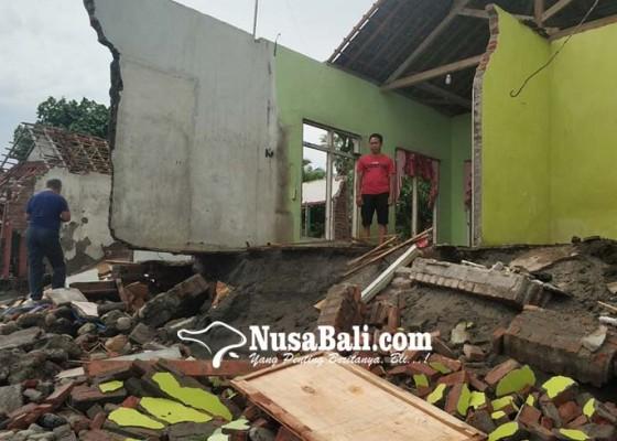 Nusabali.com - sejumlah-rumah-hancur-badan-jalan-putus-tergerus-air-laut