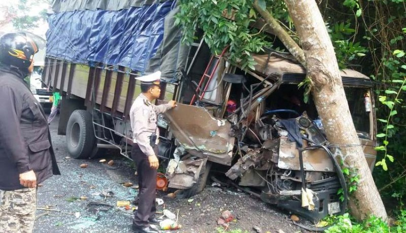 www.nusabali.com-tabrakan-beruntun-truk-dan-2-pick-up-seorang-luka