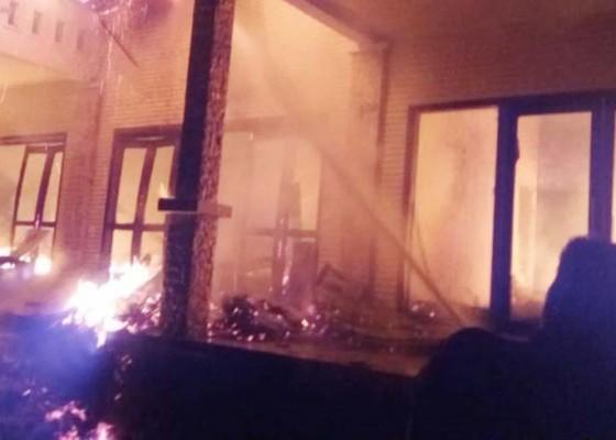 Nusabali.com - disambar-petir-vila-hangus-terbakar