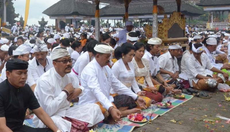 www.nusabali.com-pemkab-klungkung-ngaturang-bhakti-panganyar-di-pura-besakih