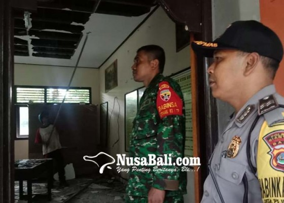 Nusabali.com - 20-siswa-selamat-berlindung-di-bawah-bangku
