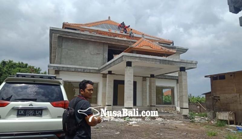 www.nusabali.com-pekerja-bongkar-gedung-sentra-ikm-celuk