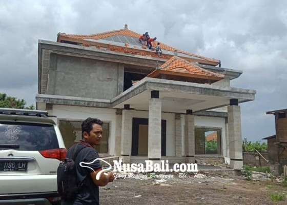Nusabali.com - pekerja-bongkar-gedung-sentra-ikm-celuk
