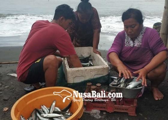 Nusabali.com - cuaca-buruk-nelayan-pebuahan-nekat-melaut