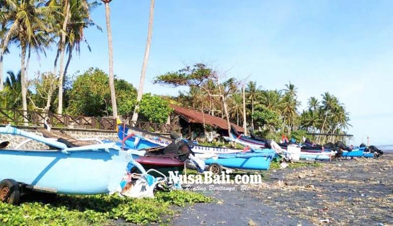 www.nusabali.com-gelombang-tinggi-nelayan-pasut-sandarkan-jukung-di-pesisir
