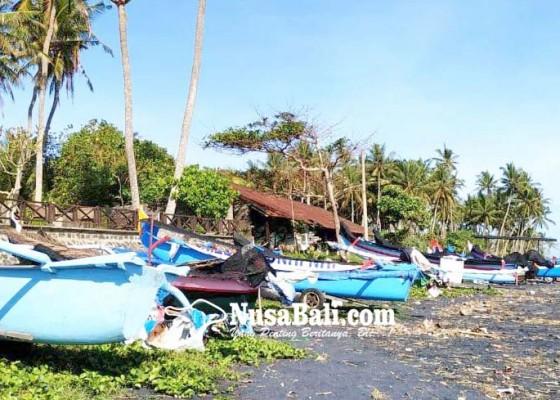 Nusabali.com - gelombang-tinggi-nelayan-pasut-sandarkan-jukung-di-pesisir