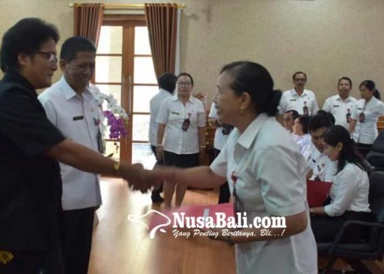 Nusabali.com - bupati-giri-prasta-angkat-21-guru-menjadi-kasek