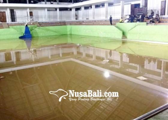 Nusabali.com - air-kloset-banjiri-gor-kebo-iwa-pertandingan-basket-bubar