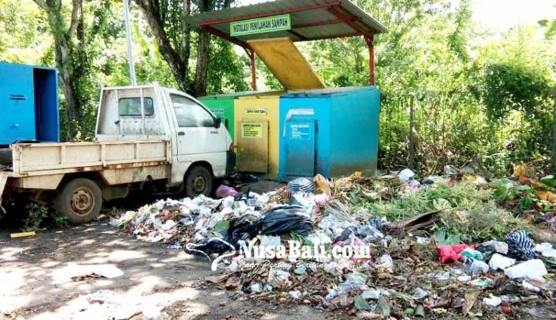 www.nusabali.com-sampah-berserakan-di-dekat-tong-sampah-area-parkir-pemkab-jembrana