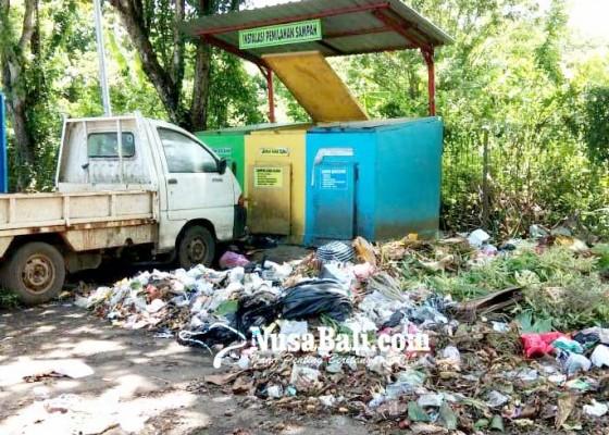 Nusabali.com - sampah-berserakan-di-dekat-tong-sampah-area-parkir-pemkab-jembrana