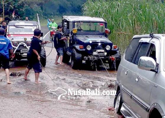 Nusabali.com - tiga-kendaraan-pamedek-terperosok-di-besakih