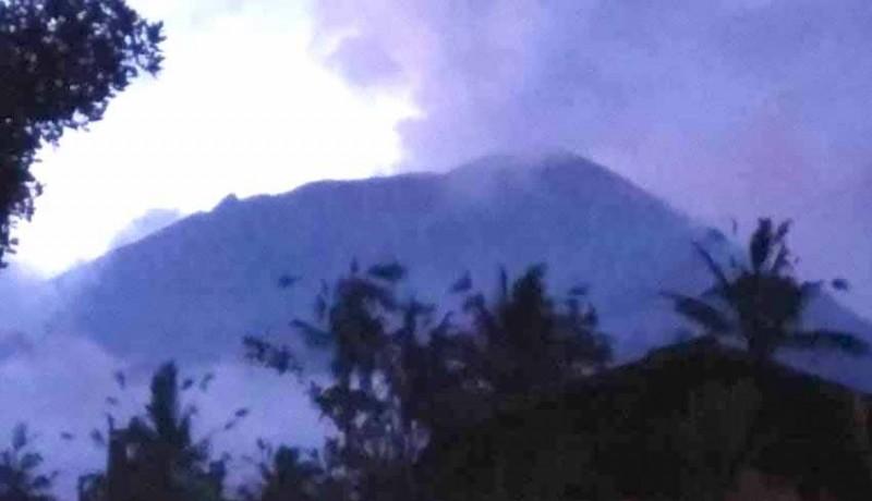 www.nusabali.com-gunung-agung-erupsi-disertai-suara-gemuruh