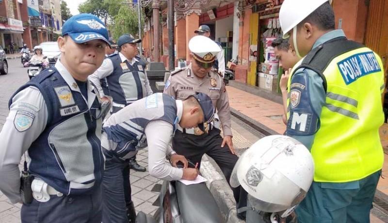 www.nusabali.com-petugas-tindak-tegas-pelanggar-parkir