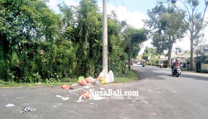 www.nusabali.com-sampah-teronggok-di-pinggir-jalan