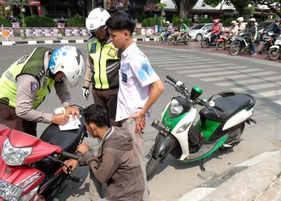 Nusabali.com - polisi-tilang-siswa-konvoi-usai-unbk