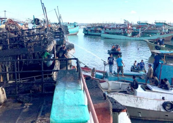 Nusabali.com - lagi-tiga-kapal-terbakar-di-pelabuhan-benoa