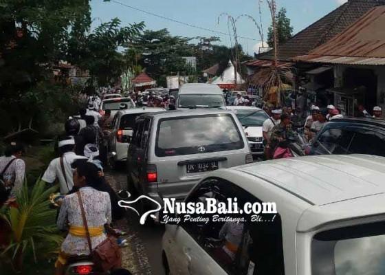 Nusabali.com - antrean-mobil-mengular-10-kilometer