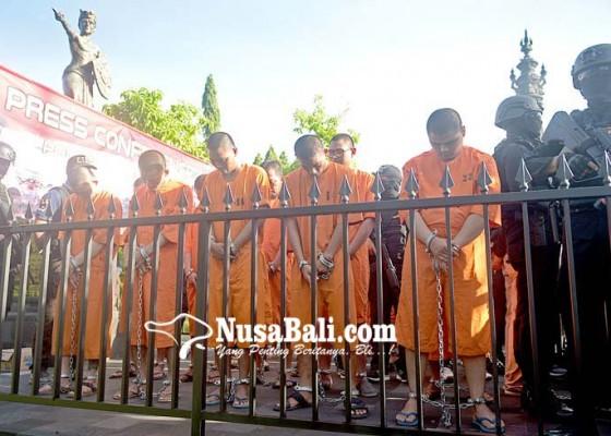 Nusabali.com - 20-tersangka-narkoba-dipertontonkan-kepada-masyarakat