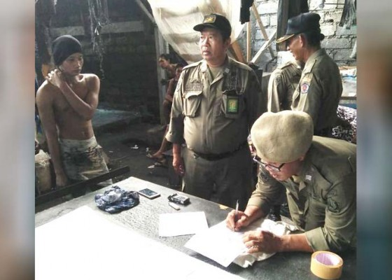 Nusabali.com - satpol-pp-ciduk-empat-pembuang-limbah