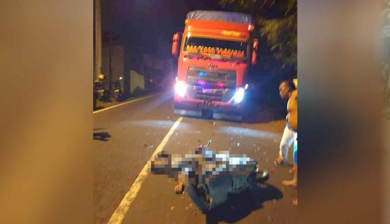 www.nusabali.com-pemotor-tewas-hantam-truk-di-padangbai