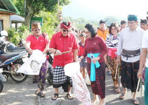 Nusabali.com - bali-resik-warga-tabanan-berburu-sampah-plastik