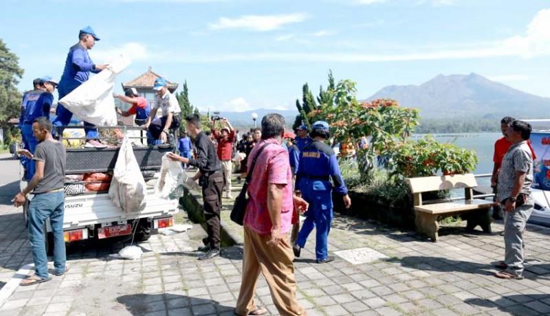 www.nusabali.com-aksi-bersih-sampah-plastik-di-dermaga-kedisan
