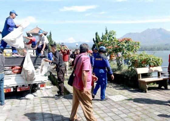 Nusabali.com - aksi-bersih-sampah-plastik-di-dermaga-kedisan