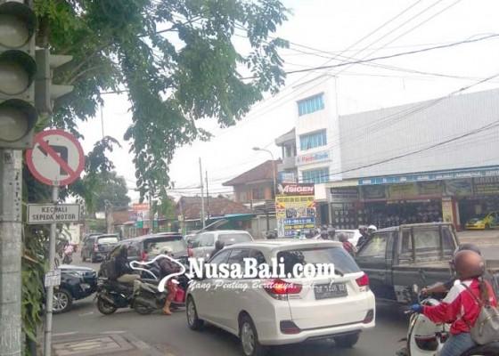 Nusabali.com - traffic-light-mati-persimpangan-jalan-tonja-kenyeri-semrawut