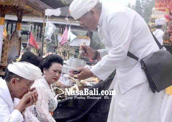 Nusabali.com - 23-pamangku-layani-umat-24-jam-di-besakih