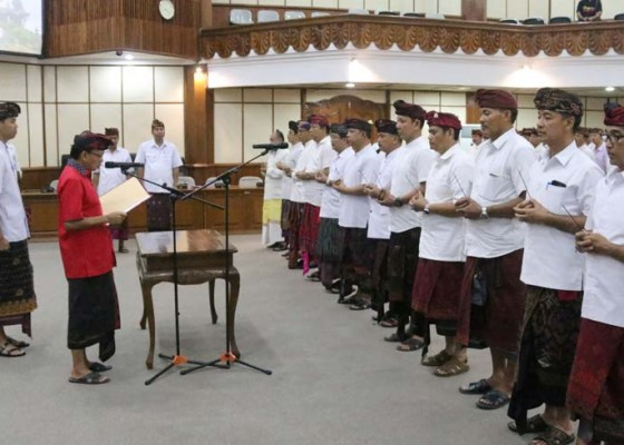 Nusabali.com - usai-pelantikan-12-pejabat-eselon-ii-pemprov-langsung-dibriefing-koster-satu-satu