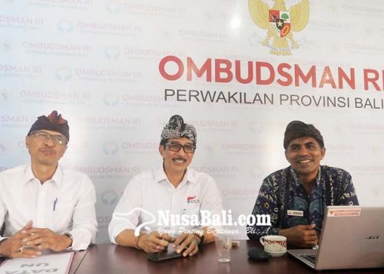Nusabali.com - pengawas-bawa-hp-peserta-mengobrol