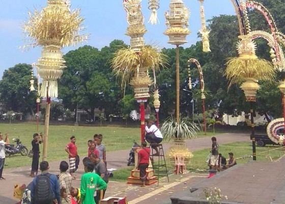 Nusabali.com - penjor-hut-kota-masih-pakai-gabus